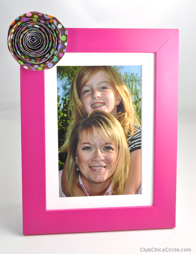 Decorate a frame with a homemade paper flower decoration